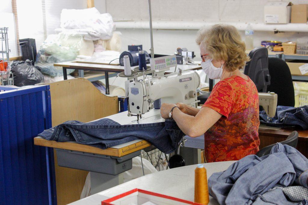 Femme effectuant une retouche sur un jean